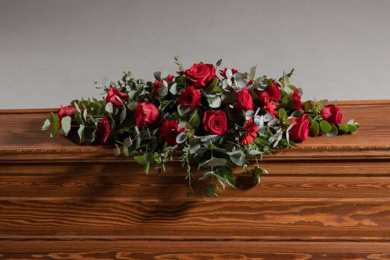 Hautavihot punaisia ruusuja