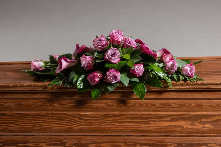 Hautavihot vaaleanpunaisia ruusuja