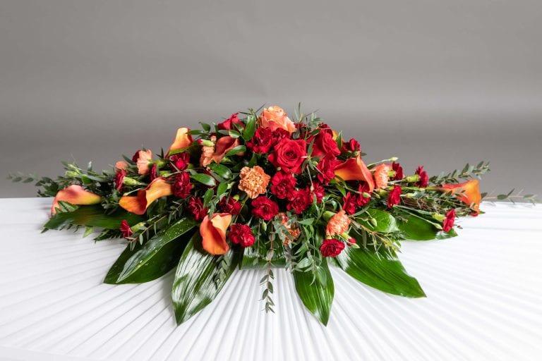 Hautavihot punaisia ja oransseja kukkia