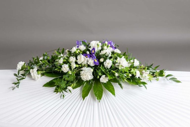 Hautavihot valkoisia ja liloja kukkia