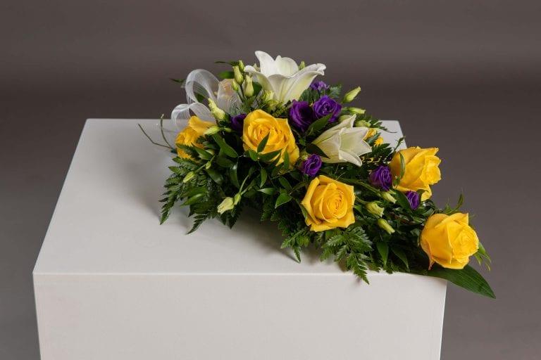 Hautavihot keltaisia ruusuja