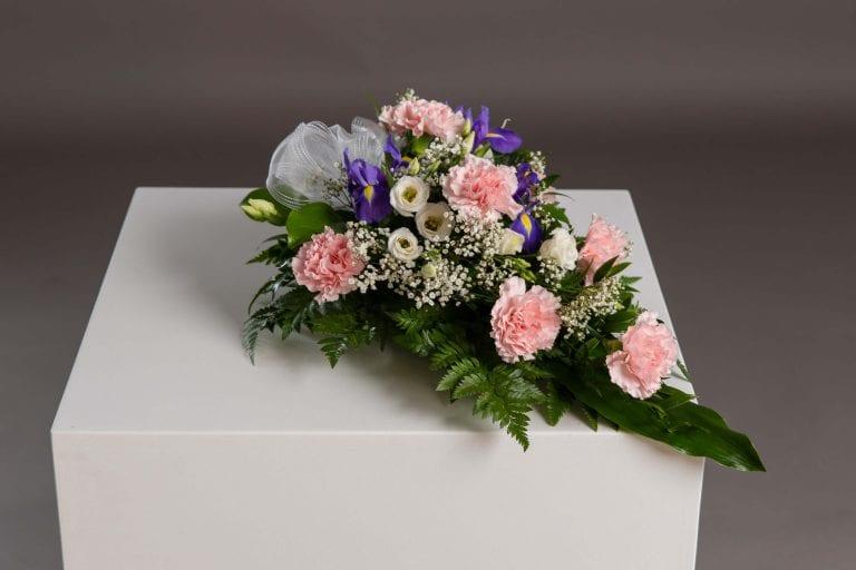 Hautavihot valkoisia, liloja ja pinkkejä kukkia