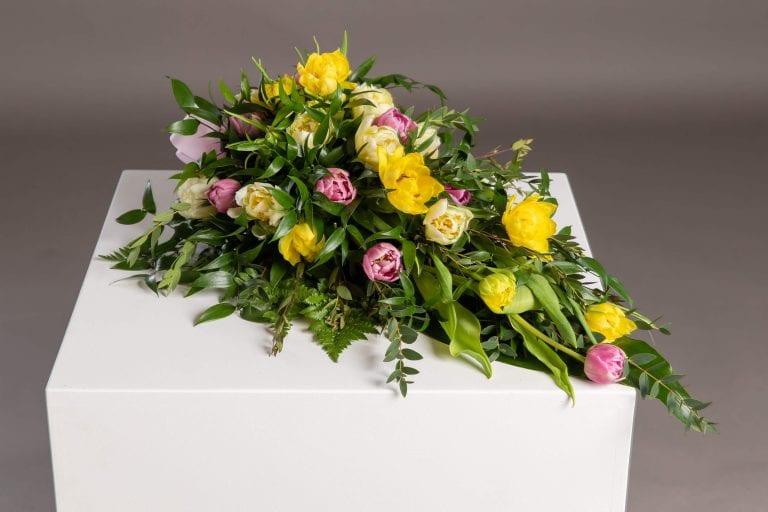Hautavihot keltaisia ja punaisia kukkia